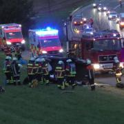Unfall Auto mit zweijährigem Mädchen überschlägt sich mehrfach