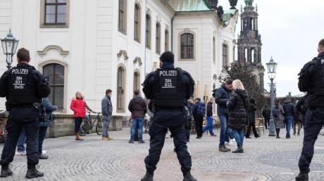 Polizisten sperren die Brühlschen Terrassen in Dresden. Trotz eines Demonstrations-Verbots rüstete sich die Polizei für einen Großeinsatz.