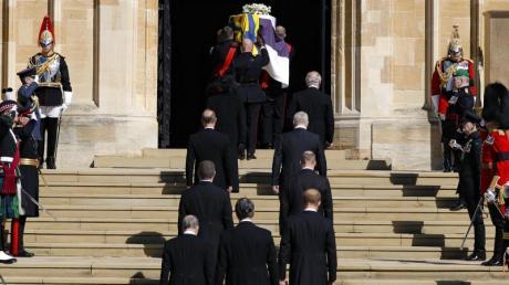 Der Sarg wird in die St.-Georgs-Kapelle auf Schloss Windsor getragen.