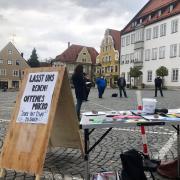 """Rund 20 Teilnehmer sind am Samstag erstmals unter dem Motto """"offenes Mikrofon"""" auf dem Friedberger Marienplatz angetreten, um ihrem Unmut gegenüber den geltenden Infektionsschutzmaßnahmen Luft zu machen."""