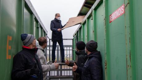 Neuer Wertstoffhof in Graben eröffnet: Den ersten Karton warf Bürgermeister Andreas Scharf im Beisein einiger Gäste in den Container.