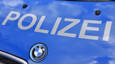 Ein Autofahrer wollte am Sonntagabend zwischen Unterliezheim und Lutzingen einen Lastwagen überholen. Da krachte es.