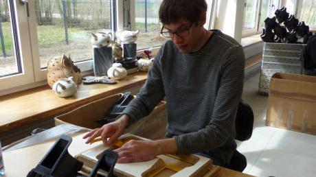 Mit viel Akribie und Eifer fertigt Julian in der neuen Werkstatt in Meitingen Autoteile.