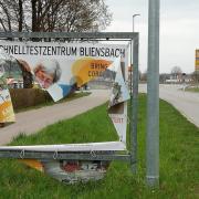 Unbekannte haben in Wertingen Werbebanner für das Testzentrum der Stadt im Bliensbacher Schullandheim aufgeschlitzt.