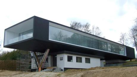 Der Unternehmerabend wurde aus dem Wagner Design Lab in Langenneufnach übertragen. Die kubische Architektur des Showrooms, in dem  zwei 120 Quadratmeter große Glasfassaden verbaut sind, vermittelt den Eindruck eines schwebenden Luftschiffs.