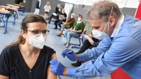 1500 Mitarbeiter von weiterführenden Schulen werden in Augsburg geimpft. Lehrerin Astrid Heinze, 31, erhielt von Arzt Dr. Alto Baierl am Montag in der Kapellenschule ihr Vakzin.