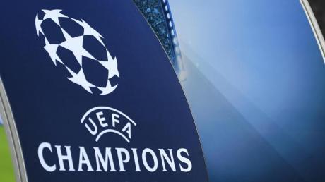 Ein großes UEFA-Champions-League-Logo ist in der BayArena zu sehen.
