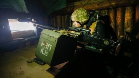 Angespannte Situation an der  Trennlinie zum pro-russischen Separatistengebiet: Ein  ukrainischer Soldat beobachtet die Lage.
