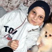 Lana Sander im Herbst 2020 zu Hause. Sie war damals sehr glücklich, weil die Ärzte ihr die Anschaffung eines Welpen erlaubt hatten.