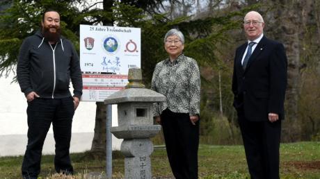 Katsuko Yabuki-Schmid mit Sohn Christoph Schmid und ihrem Mann Franz Schmid auf dem Platz, der an die Städtefreundschaft von Stadtbergen mit Fukushima erinnert.