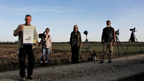 Mit ihren Spektiven suchen die Vogelschützer im Acker bei Oberottmarshausennach Brutplätzen. Das Bild zeigt: (von links) Robert Kugler, Alisa Rohrer, Christiane Gebauer und Ralf Stölzle.
