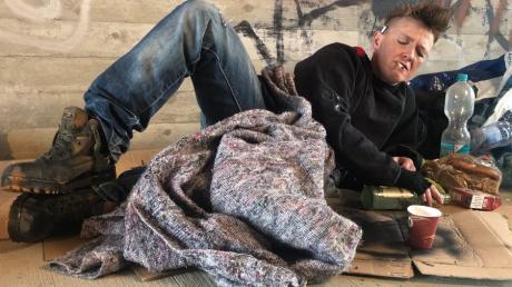 """In einem Musikvideo zu ihrem neuen Song """"Nur noch einmal"""" spielt Tina Schüssler eine Obdachlose, die unter der Brücke haust."""