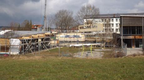 Mit einem Kran wurden die großen Holzelemente für den Erweiterungsbau des Kinderhauses St. Martin während der letzten Wochen angebracht.