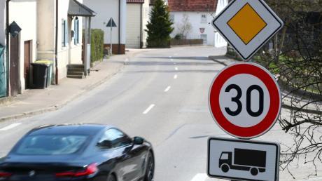Bislang gilt in Emershofen nur für Lastwagen Tempo 30. Die  Weißenhorner Stadtverwaltung wird nun beim Landratsamt Neu-Ulm eine generelle Geschwindigkeitsbegrenzung beantragen.