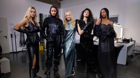 Ana (links) und ihre Mitstreiterinnen durften schon zum Casting in die Roben von Designer Kilian Kern schlüpfen.
