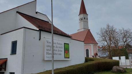 Bis Samstag wehte an diesem Mast an der Kirche in Thalfingen noch die Regenbogenfahne.
