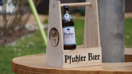 Das Pfuhler Bier gibt es im Holz-Tragerl und im handelsüblichen Mehrwegkasten zu kaufen.