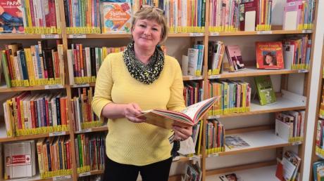 Büchereileiterin Petra Scola freut sich, dass die Besucher nun leichter den gewünschten Lesestoff finden.