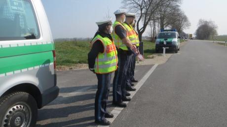 Die Beamten am Parkplatz an der B300 zwischen Kühbach und Unterwittelsbach sind bereit, die Fahrzeuge herauszuwinken, die zu schnell unterwegs sind.