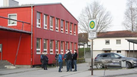 Der Gemeinderat Großaitingen tagte in der Turnhalle der Mittelschule. Dabei ging es auch um die Kosten für die Schülerbeförderung.