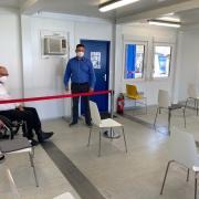 Das Corona-Impfzentrum in Neu-Ulm wurde über Ostern umgebaut und erweitert. Bei einem Rundgang durch die Container werden die Veränderungen gezeigt.