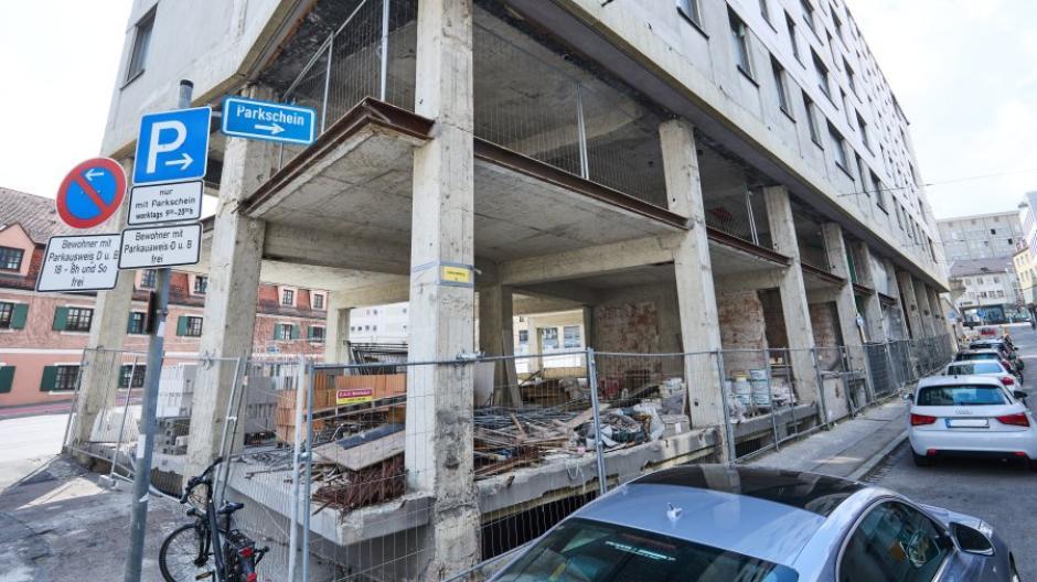 Seit Jahren steht das Gebäude im Augsburger Zentrum leer: Aus der Baubrache am Schmiedberg sollte eigentlich längst ein modernes Wohn- und Geschäftszentrum werden.
