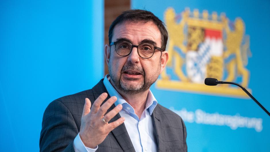 Gesundheitsminister Klaus Holetschek (CSU) fordert Konsequenzen vom DFB.