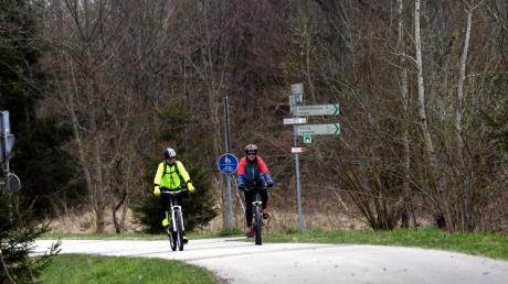 Auf herrlichen Radwegen haben sich Barbara Scherer und Karl Sendlinger von Horgau aus über Agawang, Biburg und Aystetten auf herrlichen Waldwegen auf die Suche nach dem Schwarzen Reiter begeben.