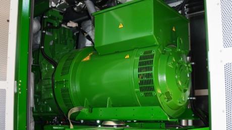 Blick auf den neuen Gasmotor des Blockheizkraftwerkes in der Kläranlage Hirblingen.