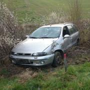 Bei einem missglückten Überholvorgang auf der A7 bei Tiefenbach ist ein Auto gegen diesen und einen weitere Wagen geprallt. Der Fiat kam dadurch von der Fahrbahn ab.