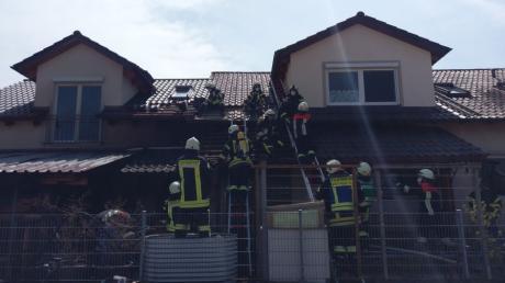 Dieser Anbau an einem Wohnhaus in Oberndorf geriet in Brand. Die Flammen griffen von der Holzhütte auch auf das Gebäude über.