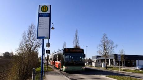 Die Bushaltestelle Stettenhofen Süd in Richtung Langweid soll komfortabler gestaltet werden, beschloss der Gemeinderat Langweid.