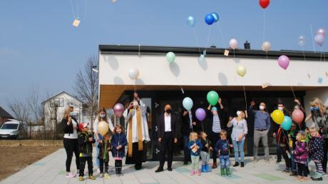 Mit Luftballonen, die gute Wünsche mit sich trugen, feierten die Kindergartenkinder in Baindlkirch und alle Gäste die Fertigstellung des Anbaus