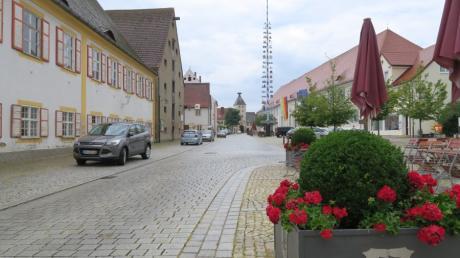 Der Pöttmeser Marktplatz (im Bild der Blick in Richtung Oberes Tor) soll eine Aufwertung erfahren. Dort soll ein ehemaliger Getreidestadel umgestaltet werden.
