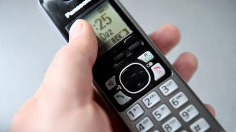 Immer wieder fallen Menschen auf Telefonbetrüger herein. Eine 72-jährige aus Dachau verlor so 8400 Euro.