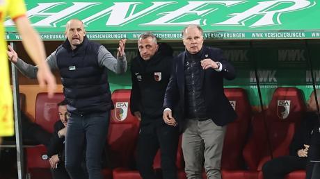 Ein letztes Mal auf Augsburgs Bank? Trainer Heiko Herrlich Co-Trainer Iraklis Metaxas und FCA-Sport-Geschäftsführer Stefan Reuter beim Heimspiel gegen den 1. FC Köln.