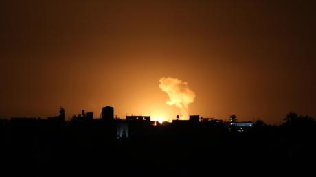 Eine Rauchwolke steigt im Süden des Gazastreifens auf. Nach einem neuen Raketenangriff aus dem Gazastreifen hat Israels Luftwaffe erneut Ziele der dort herrschenden Hama beschossen.