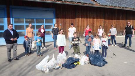 Nach dem Müllsammeln hat sich die Gruppe am Wertstoffhof in Adelsried getroffen. Doch immer wieder kamen weitere Freiwillige dazu. Am Ende waren mehr als 50 Sammler gekommen.