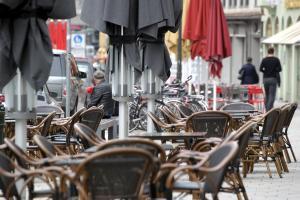 Momentan müssen die Stühle der Lokale in der Augsburger Maximilianstraße noch leer bleiben.