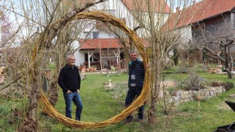 Garteneigentümer Rainer Schneider (links) und Gartenkreisfachberater Rudolf Siehler (rechts) genießen den Aufenthalt im Naturgarten des Informatikers in Schießen. Den Kreisbogen hat Schneider aus Weidenästen geflochten.
