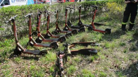 Die Berufsfeuerwehr musste 12 E-Scooter aus Bächen und Kanälen in Augsburg bergen.
