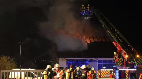 In Röfingen stand ein Gebäude mit Autowerkstatt in Flammen.