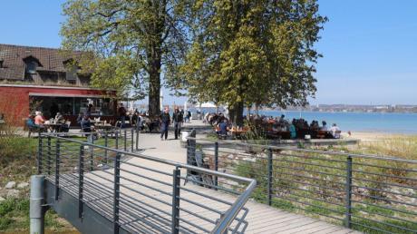 Der Biergarten des Restaurants Fischerhaus in Kreuzlingen ist am Samstag gut besucht. Seit vergangenem Montag dürfen Schweizer Gastronomen in ihren Außenbereichen wieder Gäste bewirten.