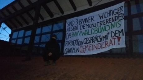 Bei einer erneuten Banner-Aktion haben Aktivisten ein Transparent an der Fassade des Rathauses in Meitingen aufgehängt.