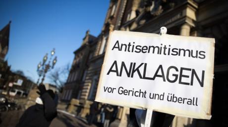 Die Generalstaatsanwaltschaft München betont immer wieder, wie wichtig es sei, dass Jüdinnen und Juden nach einem antisemitischen Übergriff zur Polizei gehen und den Vorfall melden.