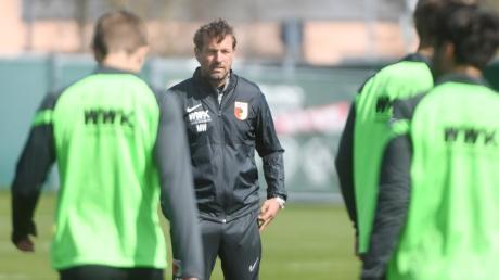 Zurück auf dem Platz des FC Augsburg: Am Dienstag leitete Markus Weinzierl sein erstes Training.