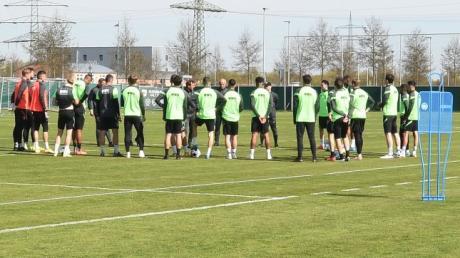 Wer steht ab Sommer auf dem Trainingsplatz des FC Augsburg? Der Kader wird sich verändern.