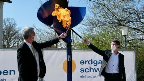 Start in die Erdgasversorgung: Bürgermeister Wolfgang Jarasch (links) und Unternehmenssprecher Markus Last entzünden die symbolische Gasflamme im Schulhof.