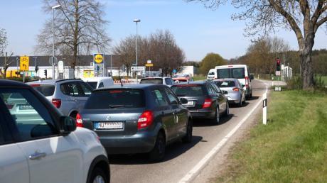 Vor allem im Berufsverkehr staut es sich an der provisorischen Ampel an der Kreuzung Daimlerstraße/Ulmer Straße in Weißenhorn.