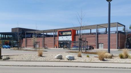 Das Dach des Elektromarktes Saturn im Friedberger Fachmarktzentrum soll Standort eines Kindergartens werden. Bauherr wäre die Firma Segmüller.